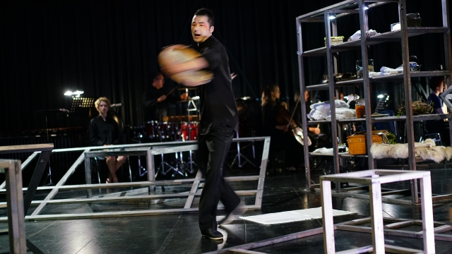 Akademie für Darstellende Kunst Baden-Württemberg - »ZER-RIS-SEN. Wenji: Auf der Suche nach Heimat« <br/> Europäische Erstaufführung