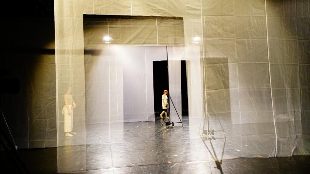Solveig Eger (sie/ihr) als Alkestis (li.), Ruby Ann Rawson (sie/ihr) als Orest, in: »doch an uns wird manche:r sich  erinnern später noch« von Jule Bökamp und Ensemble frei nach Euripides, Regie: Jule Bökamp